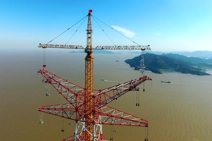 世界最高输电铁塔顺利结顶
