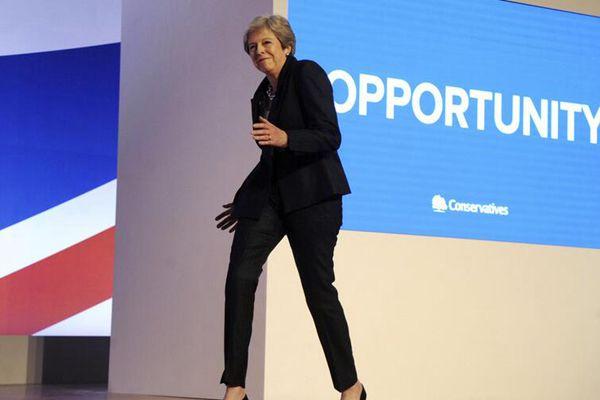 """英国女首相出席保守党年度大会发表讲话 登台""""尬舞""""逗趣"""