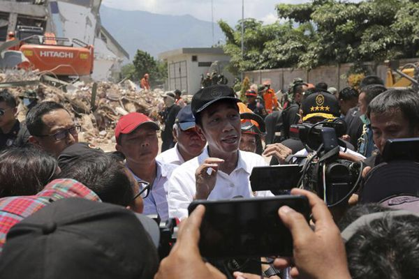 印尼强震海啸已致1407人死亡 总统佐科二赴震区视察灾情