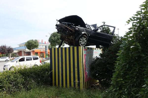 河南南阳将交通事故残骸车摆上高速