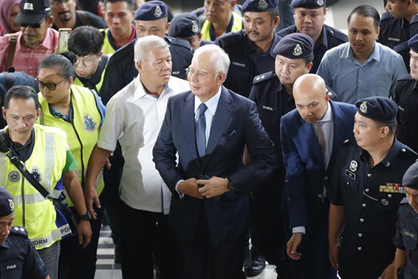 马来西亚前总理妻子被捕出庭面临多项指控 纳吉布现身聆讯
