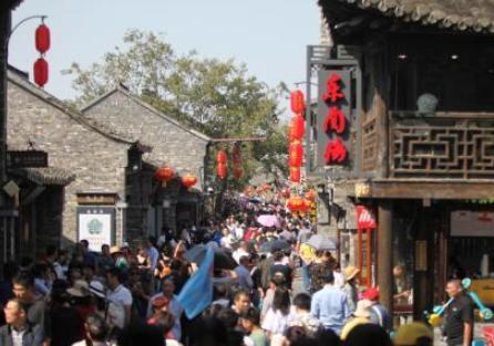 中外游客漫步扬州千年古街