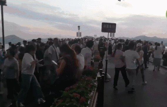 网红景点堵上热搜!稻城从白天塞到黑夜,厕所几百人排队