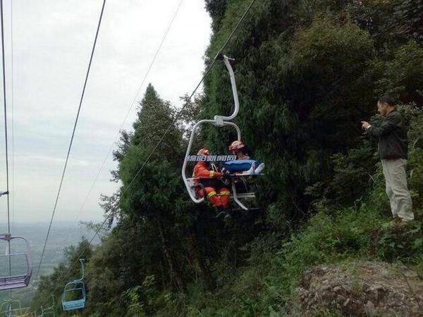惊险!事发江油窦团山,一男子不慎从观光缆车掉落