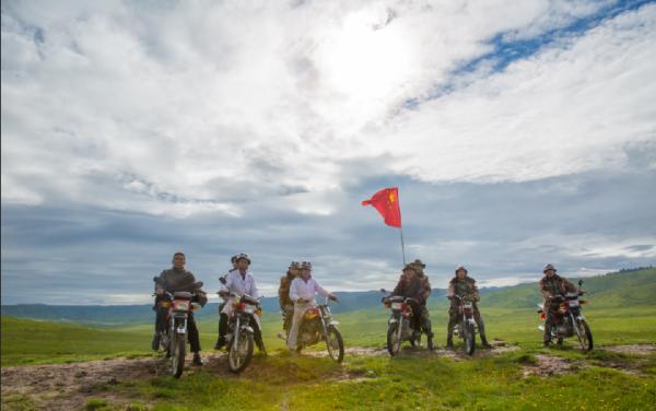 这支摩托车队为何长期行走在草原上?