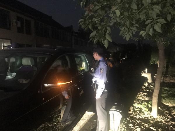 紧急:1岁幼童被反锁车内 迅速:民警消防队员破窗施救