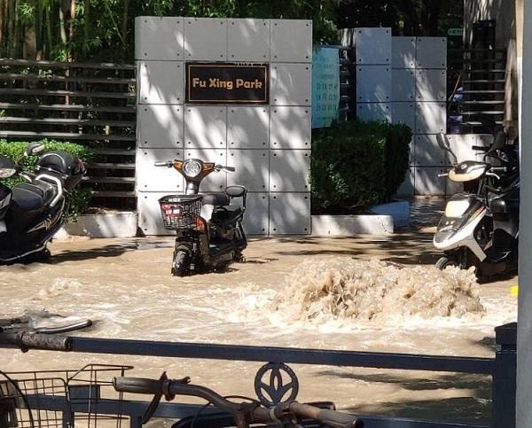 复兴公园门口水管爆裂 暖心消防官兵助行人跨过积水