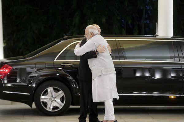 """普京访问印度 被莫迪""""熊抱"""""""
