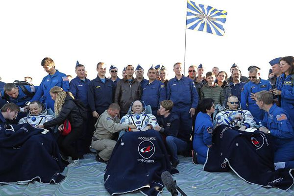 """俄美宇航员搭""""联盟MS-08""""飞船在哈萨克斯坦成功着陆"""