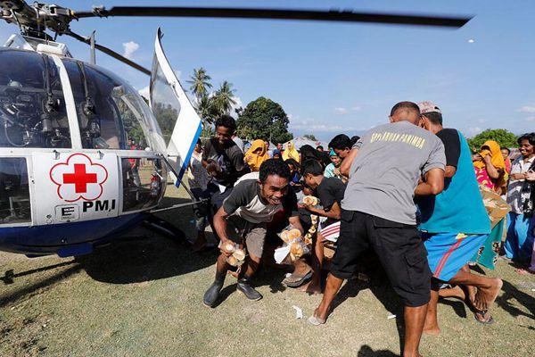 印尼灾难已致1424人死 灾民领取救援食物现场混乱