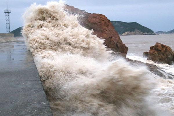 """台风""""康妮""""逼近东海 温岭海边惊涛拍岸引围观"""