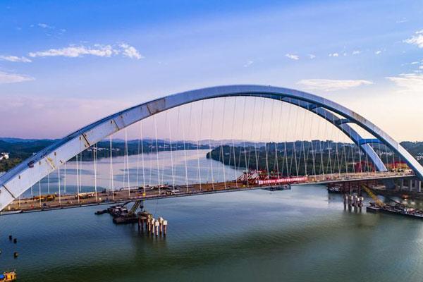 广西柳州官塘大桥全部钢箱梁安装完成顺利合龙