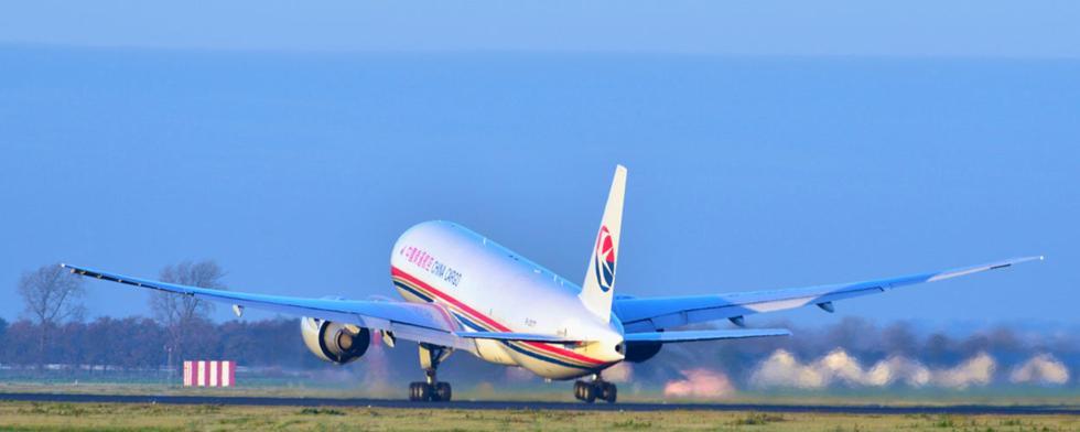 今起部分航空公司上调燃油附加费 多收20或30元