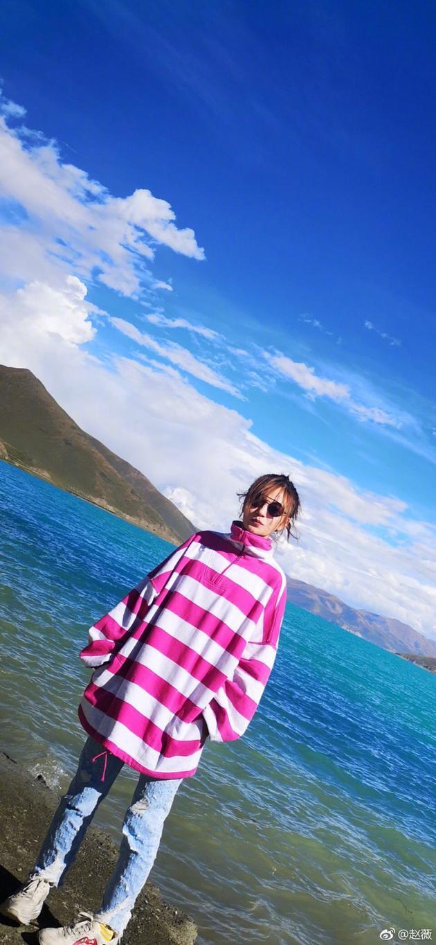 赵薇晒游客照身材纤细 穿粉白条纹衫合影碧海蓝天