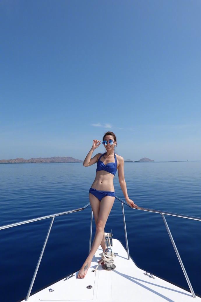 陈赫前妻许婧晒出海旅游照 穿比基尼秀长腿腹肌抢镜