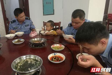 4岁小男孩找不到家人 南县民警将其安全带回家