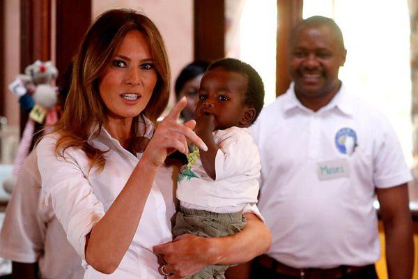 美国第一夫人走访肯尼亚孤儿院 抱婴儿母性大发