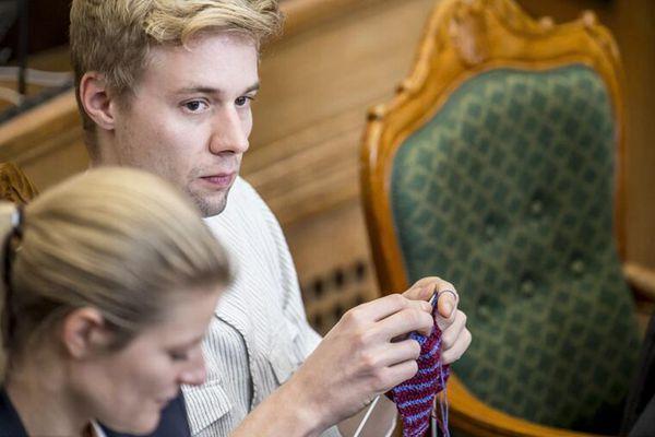 """丹麦议会举行公开辩论 男议员织毛衣实力""""吃瓜"""""""