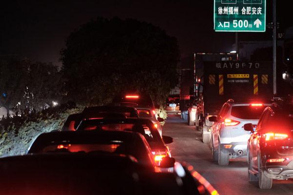 京台高速遇上返程高峰 一公里需开半个多小时