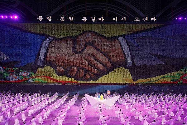 韩代表团在朝出席《10·4宣言》纪念活动 观看团体操表演