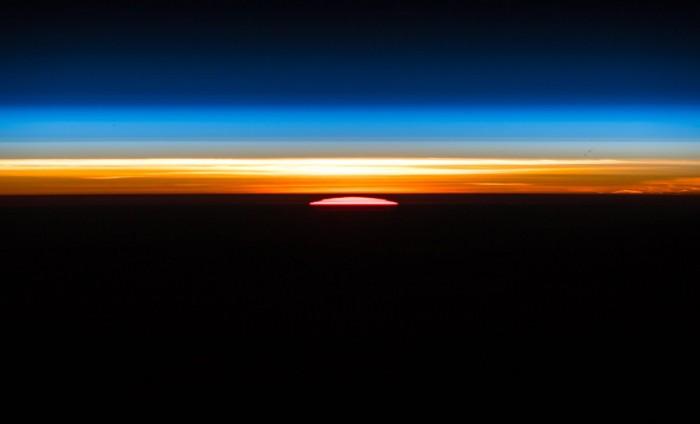 从国际空间站上拍摄到的日出照片:难以形容的美