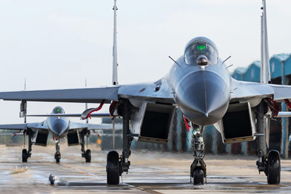 国庆节歼11B战机仍挂弹训练正面照超霸气