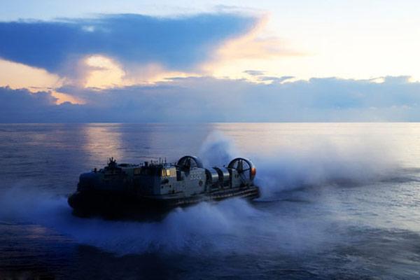 国产气垫登陆艇入海瞬间很有大片感觉