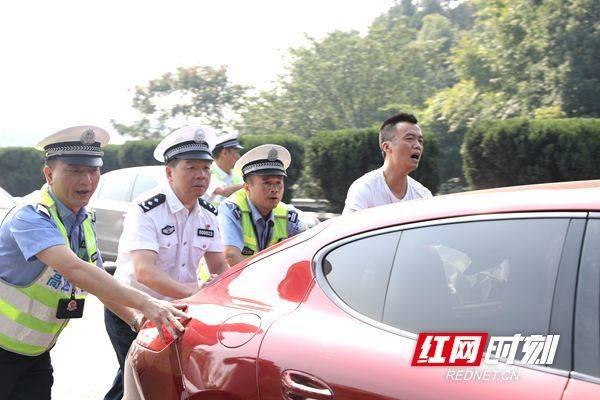 蒋建湘一行督导国庆长假交通安保工作