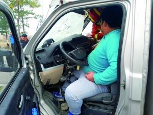 司机被卡车内 交警消防联手救助