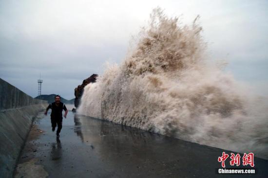 """中央气象台继续发布台风蓝色预警 """"康妮""""趋向韩国沿海"""