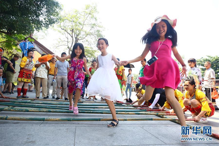 国庆长假全国各地出游人群多 尽享快乐假日