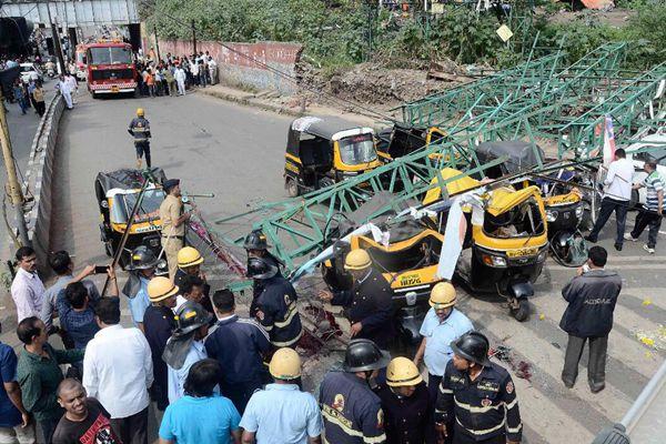 印度一40英尺高广告牌框架坍塌 致4死5伤