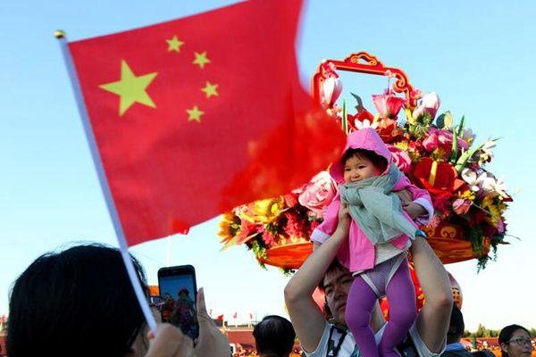国庆假期接近尾声 北京中外游客游览天安门广场热情不减