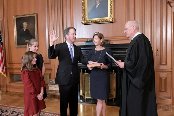 卡瓦诺宣誓就任美国最高法院大法官 曾被指控性骚扰