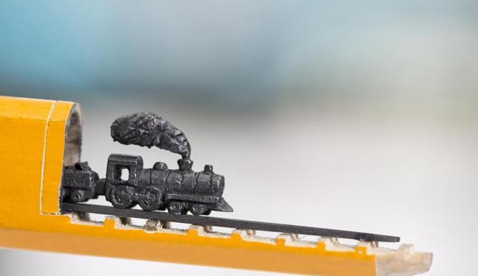雕刻家用铅笔打造微缩雕塑技艺惊人