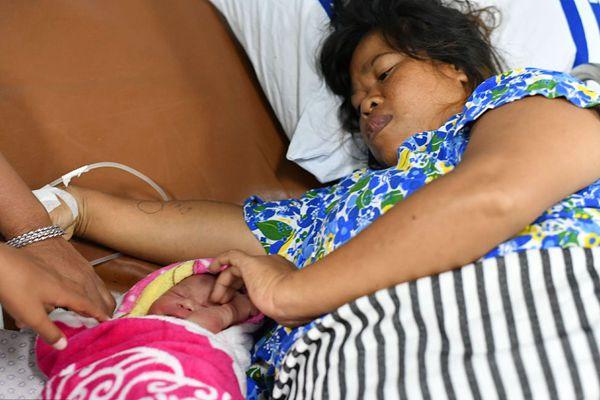 印尼强震和海啸救援工作持续进行 医院船上降生新生命