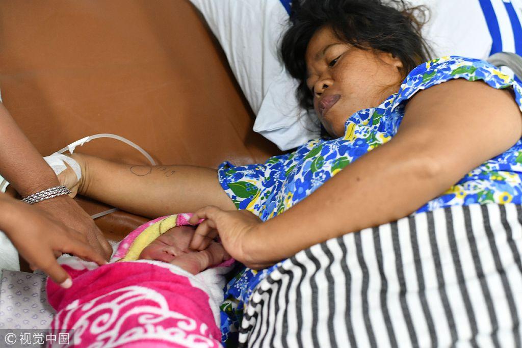 """印尼强震引发海啸伤亡惨重 医院船上降生""""新希望"""""""
