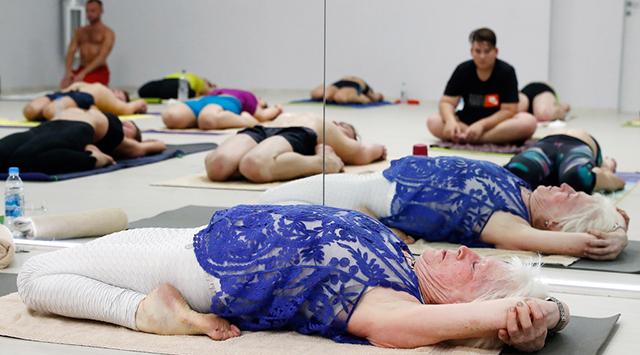 俄罗斯79岁老奶奶对峙教瑜伽