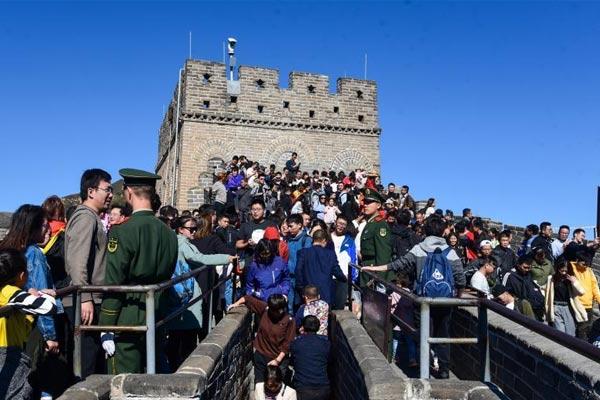 国庆假期进入尾声 北京八达岭长城游人众多