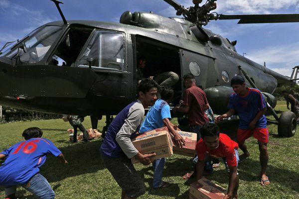 印尼强震海啸后物资紧缺 直升机派发救援物资