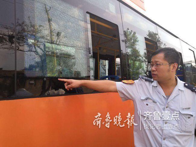 公交玻璃遭钢珠击穿连片爆裂:两月遇袭5次损失过万