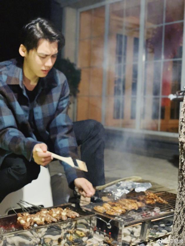 李易峰晒烤串儿照片 被喊最帅烧烤师傅