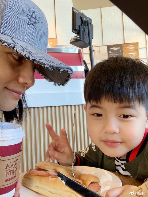胡可和儿子共度亲子时光 可爱安吉小圆脸吃的欢