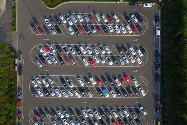 国庆最后一天航拍景区停车场 停放整齐如钢琴键