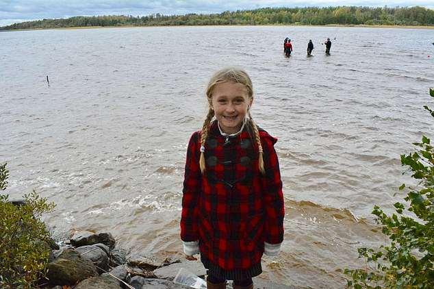 8岁美国女孩在瑞典湖中发现约85厘米长千年古剑
