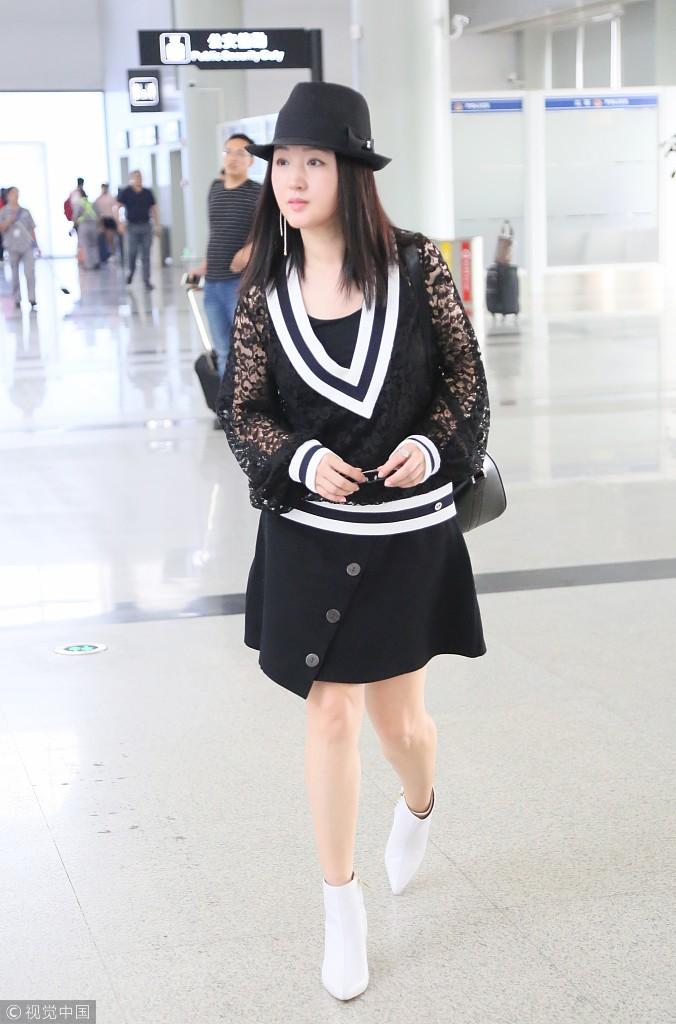 47岁杨钰莹黑色套裙现身秀美腿