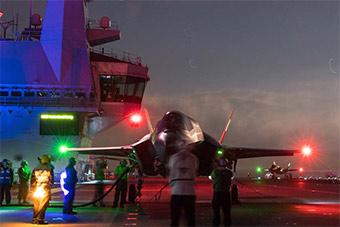 英国航母首次完成F35B战斗机夜间降落任务