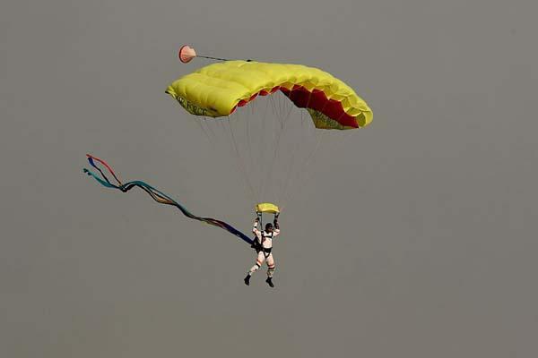 印度举行空军日庆祝活动 伞兵乘彩色降落伞从天而降
