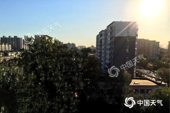 今晨,北京天空晴朗,阳光充足。