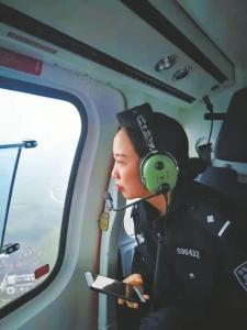 成都迎来返程高峰 无人机直升机升空巡查抓拍侵占应急车道